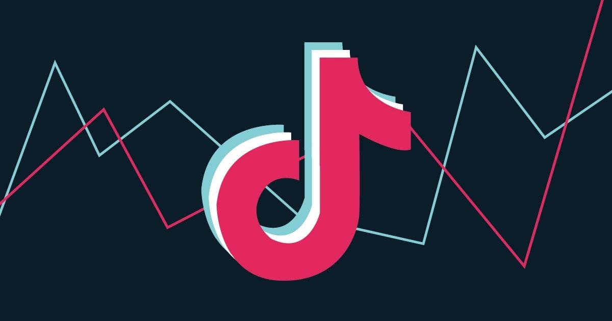 Логотип ТикТок на фоне графиков